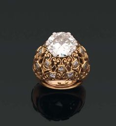 CARTIER. 1950s. RING Signet dome decorated with a diamond polished. Gold mount and square diamonds. Frame signed CARTIER. Tdd_47 (with spring). Weight: 4, 8 to about 5 carats (égrisures)
