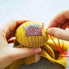 ダーニングは、ものへの愛着。飾ってもかわいいダーニングきのこ。|繕(つくろ)いがもっと楽しくなる 飾ってもかわいいダーニングきのこ Patchwork Patterns, Easy Sewing Patterns, Visible Mending, Embroidery On Clothes, Darning, Diy Clothing, Rug Hooking, Textiles, Handicraft