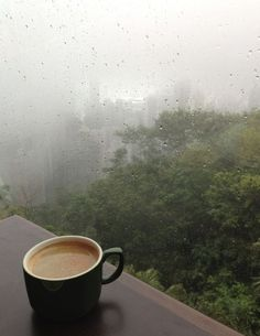 Rainy day with tea, coffe or hot chocolate is the best. Especially with a good book. Rainy Day Photography, Rain Photography, Coffee Photography, Coffee And Books, I Love Coffee, Rain And Coffee, I Love Rain, Pinterest Instagram, Foto Art
