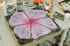 Paint a Stepping Stone Flower - Flower Patch Farmhouse Paint a stepping stone flower. What a great way to dress up a pathway or patio area. Come see how to paint plain concrete into a garden! Painted Stepping Stones, Stepping Stone Pathway, Painted Pavers, Paver Stones, Painted Rocks, Hand Painted, Painted Bricks Crafts, Brick Crafts, Concrete Crafts