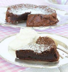 Gustav s flourless chocolate cake recipe - Cake like recipes Healthy Treats, Healthy Baking, Fun Desserts, Delicious Desserts, Lchf, Flourless Chocolate Cakes, Bread Cake, Desert Recipes, Cookie Recipes
