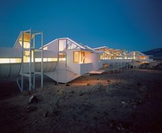 Freedom from Convention : Architectural Digest -- Architect Bart Prince conceived an elevated structure for a client outside Albuquerque, New Mexico. Photography by Robert Reck Amazing Buildings, Amazing Architecture, Art And Architecture, Architectural Digest, Princes House, Usonian, Unusual Homes, Green Life, Home Photo