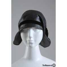 Hat People and Brands: Brand: Caroline Reboux Medium: Black straw with black velvet ribbon Date: 1929 Country: France 1920s Outfits, Vintage Outfits, 1920s Vintage Dresses, Vintage Hats, Caroline Reboux, Gatsby Girl, Suzy, 1920s Hats, Women Accessories