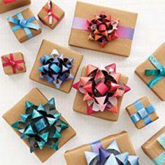 Reciclar revistas para envolver regalos y crear lazos o moñas de diferentes colores. Manualidades gratis para ahorrar dinero en envoltorios de regalos.