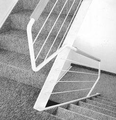 Alejandro de la Sota | Casa Dominguez | 1973-1973 | Poio, España | Sota quiere abolir los pasillos, reducirlos o convertirlos en vestíbulos. Reduce las escaleras a su máxima delgadez física, sólo con los elementos necesarios para su construcción. Las situa en espacios amplios y rompe su continuidad vertical.