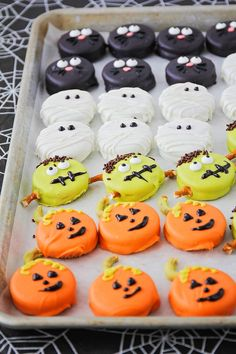 The spooky time of Halloween gives invitation to the baker within us to make some cute & creepy Halloween desserts. Here are best Halloween Desserts recipes Comida De Halloween Ideas, Dulceros Halloween, Pasteles Halloween, Halloween Snacks For Kids, Halloween Donuts, Halloween Cocktails, Halloween Appetizers, Halloween Goodies, Cute Halloween Food