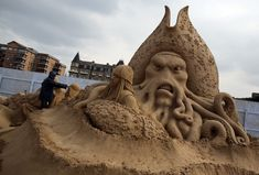 16 images of some insanely detailed sand sculptures, a must see.