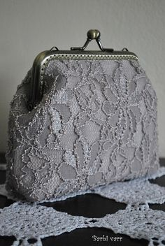 Barbi varr, avagy most másra használom a tűt.: No comment. Sacs Tote Bags, Diy Tote Bag, Pouch Pattern, Purse Patterns, Embroidery Purse, Lace Bag, Frame Purse, Wedding Purse, Craft Bags