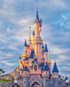 Notre beau château au coucher du soleil ! Dans 8 jours, nous allons découvrir celui de Walt Disney World 😊 Avez vous déjà vu les châteaux… Walt Disney World, Lightroom Tutorial, Disneyland Paris, Lightroom Presets, Barcelona Cathedral, Big Ben, Travel, Minimal, Instagram