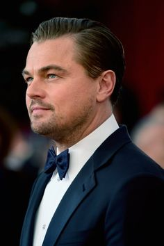 Pin for Later: Leonardo DiCaprio Continues His Handsome Streak at the SAG Awards Leonardo Dicapro, Leo And Kate, Jack Dawson, Ivy League Style, Young Leonardo Dicaprio, Pose, Mother Daughter Quotes, Designer Suits For Men, Hollywood Actor