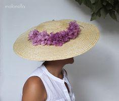 Pamela de rafia GALICIA by malonsilla para invitadas boda y flores preservadas color malva African Hats, Love Hat, Hair Ornaments, Oxblood, Headdress, Tea Party, Coral, Straw Hats, Vintage Hats