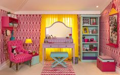 """Cores fortes e vibrantes se destacam neste quarto para menina de 10 anos. O espaço tem papel de parede pink com desenhos geométricos, e a paleta de cores nas lacas e nos tecidos inclui turquesa, amarelo, ouro, uva e rosa. """"A proposta para o espaço vai além de um quarto de dormir, é também um lugar para a menina receber as amigas. Colocamos também uma penteadeira para a garota fazer maquiagens e penteados"""", destacam os arquitetos Luíz Otávio Debeus e Thiago Seferian, que assinam o espaço."""