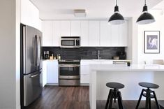 Contemporary white kitchen If you're looking for modern kitchen decor, white may be a good choice as it not only appears trendy but in addition blends. Modern Kitchen Design, Interior Design Living Room, Kitchen Designs, Bathroom Interior, New Kitchen, Kitchen Decor, Kitchen Ideas, Kitchen Pictures, Green Kitchen