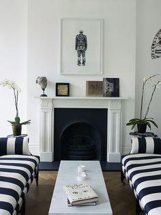 Navy white stripe sofas, Living room Lareira Clássica