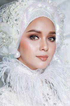 Muslim Fashion, Hijab Fashion, Middle Eastern Makeup, Beauty Makeup, Eye Makeup, Bridal Hijab, Rhinestone Appliques, Most Beautiful Faces, Bride Accessories