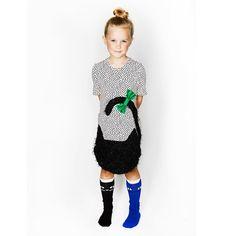 Äventyrliga små barn kommer älska att springa omkring i dessa Cat Socks  Svart och Blå f3cd6f07fe2bd