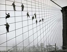 La ingeniería deja escenas históricas: Operarios realizando tareas de mantenimiento en el Puente de Brooklyn, (New York, USA)  vía Twitter @BlocIngenieria #ingenieria #historia