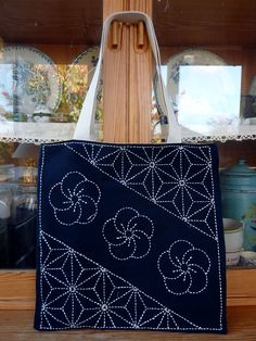 Tote bag with Sashiko Japanese Quilts, Japanese Textiles, Japanese Fabric, Embroidery Stitches, Embroidery Patterns, Hand Embroidery, Machine Embroidery, Shashiko Embroidery, Broderie Simple