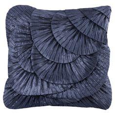 Mit diesem Kissen gönnen Sie Ihrem Sofa oder Bett einen märchenhaften Touch. Die spezielle Oberfläche sorgt für reizvolle Lichteffekte und glamouröses F...