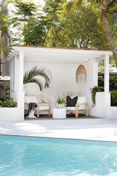 Australian covered outdoor poolside patio featured in stunning Byron bay Hampton. - renolove - Australian covered outdoor poolside patio featured in stunning Byron bay Hamptons style home. Outdoor Rooms, Outdoor Living, Outdoor Areas, Outdoor Patios, Outdoor Kitchens, Outdoor Pool Furniture, Outdoor Furniture Australia, White Patio Furniture, Outdoor Side Table
