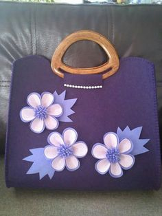 This Pin was discovered by Hac Patchwork Bags, Quilted Bag, Handmade Handbags, Handmade Bags, Ben E Holly, Hessian Bags, Embroidery Purse, Felt Purse, Diy Handbag