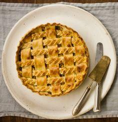Torta de palmito | #ReceitaPanelinha: Pode acreditar, esta é a melhor torta de palmito que você já viu. O palmito é fresco, o recheio ultra cremoso e a montagem uma belezura.