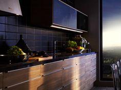 Déco cuisine noire avec une crédence en carrelage style métro noir satin. Meubles haut portes coulissantes et plan de travail noir brillant. Façades meubles bas en noyer couleur gris clair. Modèle Sofielund chez Ikéa