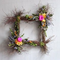 You have to see this square spring wreath idea Deco Floral, Arte Floral, Floral Wall, Diy Spring Wreath, Diy Wreath, Rama Seca, Shabby Chic Art, Painted Mason Jars, Easter Wreaths