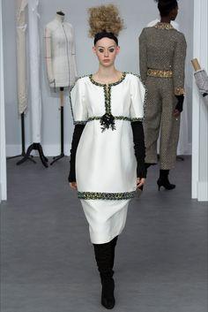 Sfilata Chanel Parigi - Alta Moda Autunno-Inverno 2016-17 - Vogue