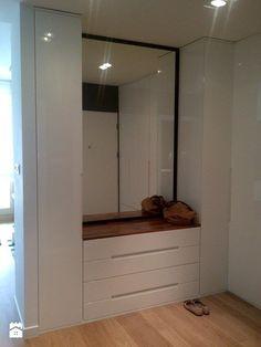 Shoe storage seat in the middle. Bedroom Wardrobe, Mudroom, Home Organization, Interior Design Living Room, Home And Living, Interior And Exterior, Design Case, Bedroom Decor, House Design