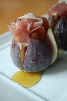 the best we can … Prosciutto Stuffed Figs This is summer perfection. Prosciutto stuffed figs with a drizzle of honey.This is summer perfection. Prosciutto stuffed figs with a drizzle of honey. Fig Recipes, Cooking Recipes, Yummy Appetizers, Appetizer Recipes, Jai Faim, Best Party Food, Le Diner, Snacks Für Party, Appetisers
