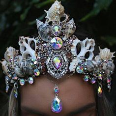 Uploaded by The Ocean Love. Find images and videos about Queen, mermaid and crown on We Heart It - the app to get lost in what you love. Seashell Crown, Shell Crowns, Halloween Karneval, Mermaid Crown, Mermaid Headpiece, Dark Mermaid, Mermaid Ring, Mermaid Princess, Mermaid Style