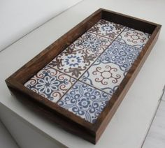 ladrilhos 67 Wood Crafts, Diy And Crafts, Antique Picture Frames, Wood Basket, Painted Trays, Diy Coffee Table, Mosaic Crafts, Tray Decor, Tile Art