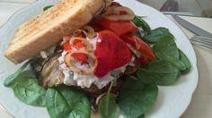 Sandwich med grillet auberginer og dadel ostecreme. Opskrift fra FROKOST sund og slank året rundt. Side 90