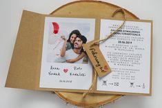 Zaproszenie Folder ze zdjęciem #zaproszenia #zaproszeniaslubne #zaproszenia2019 #zaproszeniaslubne2019 #slub2019 #panipanizakochani  www.panipanizakochani.pl Wedding Cards, Wedding Invitations, Mr Mrs, Place Cards, Dream Wedding, Place Card Holders, Retro, Diy, Wedding Ideas