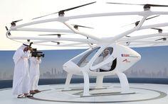 O príncipe de Dubai, Sheikh Hamdan bin Mohammed é visto dentro de um táxi-drone durante exibição em Dubai, nos Emirados Árabes Unidos, na segunda-feira (25) (Foto: Reuters/Satish Kumar)