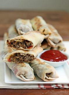 These Cheeseburger Egg Rolls are the perfect party food or came day snack for football season! Just 112 calories or 3 Weight Watchers… Egg Roll Wrappers, Wonton Wrappers, Ww Recipes, Healthy Recipes, Skinny Recipes, Detox Recipes, Cheeseburger Eggrolls, Egg Rolls, Air Fryer Recipes