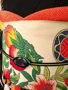 桃が描かれた珍しい袋帯。 着物の発色とよく似たものを選びました。 まるで振袖と一緒に誂えたかのようですがもちろん出所は違います。 帯締めと帯留には黒を使い、全体を引き締めています。 帯揚はふっくらとした総鹿の子。胸元が豊かで豪華に見えます