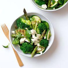 Met broccoli, courgette, groene asperges en spinazie heb je een bord vol groen. Maak het een fris geheel door de citroen en feta!