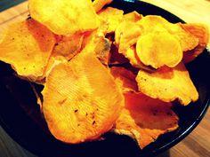 CHIPS DI BATATA ROSSA Vi ricordate la batata rossa che avevo utilizzato per preparare il purè, le patate colorate e speziate al forno e i bastoncini di verdure speziate?! Non ho resistito a lungo senza e appena ricomprata ho voluto provare un nuovo modo per gustarla in tutta la sua dolcezza: con le chips di batata rossa. Ragazzi è buona in ogni modo!!!!!! :D http://blog.giallozafferano.it/cookingtime/chips-di-batata-rossa/