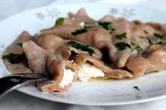 Typickým slovenským jedlom sú okrem bryndzových halušiek určite aj naše pirohy. Avšak za skvelou chuťou sa skrýva mnoho kalórií a nezdravých surovín. No to neznamená, že sa teraz tohto jedla musíme nadobro vzdať! Stačí len rozumne vymeniť suroviny za zdravšie a razom si vieš vykúzliť plnohodnotný pokrm. Ja som uvarila pirohy na 3 rôzne spôsoby. Stačí si… Continue reading → Paleo, Pork, Food And Drink, Low Carb, Chicken, Meat, Recipes, Namaste, Fisher