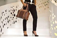 Modelo Yuno a juego con su bolso.
