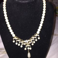 Pearl necklace mixed with gold color This is an pearl necklace which is mixed with gold color and crystals ✨✨✨✨this is an super cute necklace ✨✨✨don't miss out on having this great deal Jewelry Necklaces