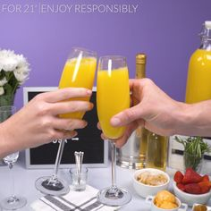 Build-Your-Own Mom'osa Bar This year, celebrate Mother's Day with a new tradition – a build-your-own Mom'osa Bar! Mimosa Brunch, Champagne Brunch, Mimosa Bar, Bar Drinks, Drink Bar, Beverages, Prosecco Bar, Brunch Party Decorations, Brunch Wedding