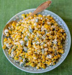 """Fräsch mexikansk majssallad med mycket smaker. Passar att serveras vid de flesta rätter. Egentligen har man en ost som heter """"cojita"""" i salladen men fetaost funkar alldeles utmärkt det med. 4 portioner 100 g fetaost 600 g djupfryst majs 2 st salladslök 2 st färska jalapeno eller en halv grön paprika 1 liten knippe färsk koriander 1 lime 0,5 dl majonnäs Ca 1 tsk cayenne- eller paprikapulver Salt och peppar Olja till stekning Gör såhär: Hetta upp lite olja i en stekpanna och häll i den frysta… Mexican Food Dishes, Mexican Corn Salad, Mexican Food Recipes, Vegetarian Recipes, Healthy Recipes, Zeina, Corn Salads, Us Foods, Food Inspiration"""
