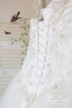 nice detail photography of a wedding dress lacing with pretty embroidery by © radmila kerl wedding photography munich schöne Aufnahme einer Hochzeitskleid-Schnürung mit hübschen Stickereien