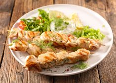 Grill- oder Putenspieße auf Eisbergsalat mit Honig-Senfdressing Rezept Shrimp, Meat, Food, Honey Mustard, Crickets, Food Food, Recipies, Essen, Meals