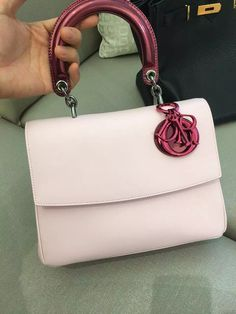 The Be Dior flap bag, with its modern silhouette that is both supple and structured, expresses a new, elegantly urban attitude. Diorama Bag, How To Make Handbags, Pale Pink, Christian Dior, Purses And Bags, Heaven, Handle, Shoulder Bag, Wallet