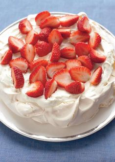 A beautifully presented strawberry pavlova from Mary Berry. With a crispy outer and soft centre, the pavlova recipe is finished with strawberries and cream. Mary Berry Pavlova, Strawberry Pavlova, Mary Berry Meringue, Nigella, Baking Recipes, Cake Recipes, Pavlova Cake, Summer Dessert Recipes, Strawberry Dessert Recipes