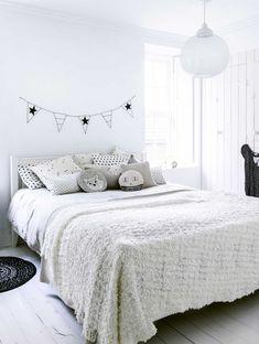 Styling Kim van Rossenberg   Photographer Sjoerd Eickmans   vtwonen januari 2015 #vtwonen #magazine #interior #DIY #bedroom #flags #stars #decoration #pillows #white
